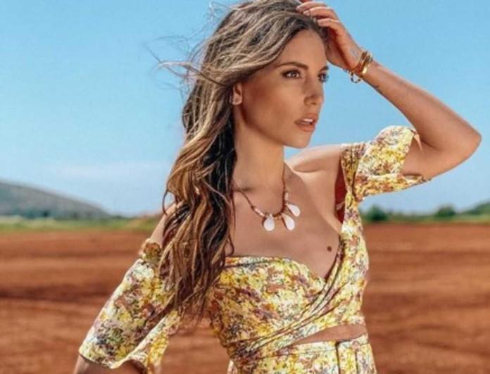 «Έριξε» το Instagram η Αθηνά Οικονομάκου με το φλοράλ μπικίνι της