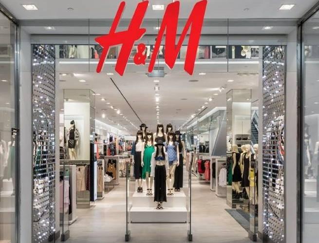 Στα H&M θα βρεις την πιο οικονομική και στιλάτη ψάθινη τσάντα