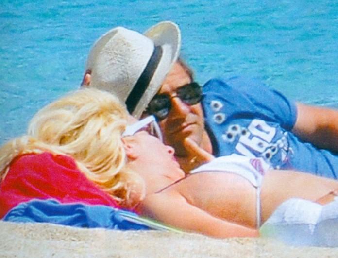 Ματέο Παντζόπουλος, Μενεγάκη και μικρή Μαρίνα σε παραλία της Άνδρου -  5 σπάνια κλικ