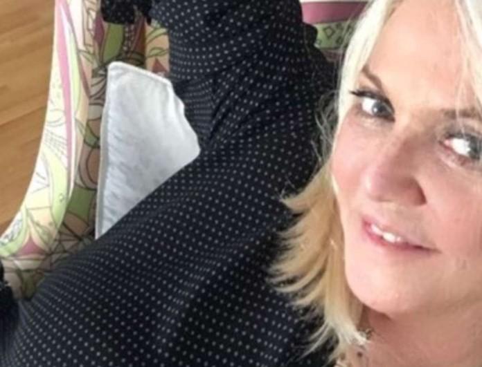 Ρούλα Κορομηλά: Αγνώριστη με μαύρα μαλλιά - «Έχω το τσαγανό να «γελάω με τα χάλια μου»