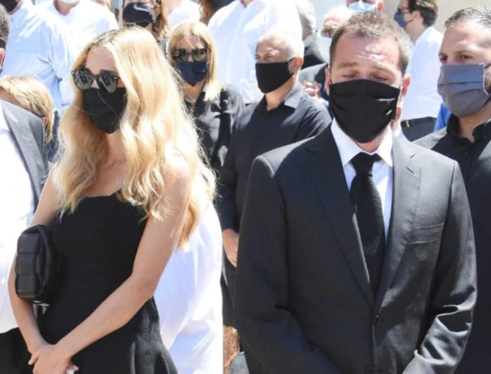 Δούκισσα Νομικού - Δημήτρης Θεοδωρίδης: Βυθισμένοι στη θλίψη στην κηδεία του Σάββα Θεοδωρίδη