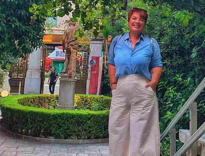 Ελεάννα Τρυφίδου: Μετά την απώλεια των 40 κιλών ποζάρει στην παραλία με μίνι λευκό φόρεμα