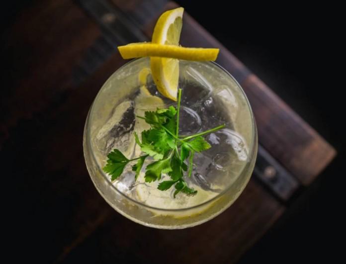 Κόψε «μαχαίρι» το λεμόνι στο ποτό σου - Ο λόγος θα σε αηδιάσει