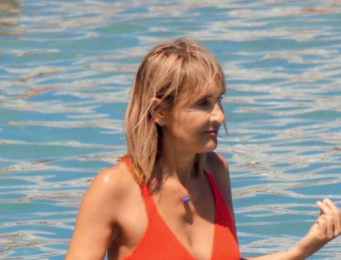 Με κατακόκκινο μπικίνι στην θάλασσα η Μάρα Ζαχαρέα - Αποκλειστικές φωτογραφίες