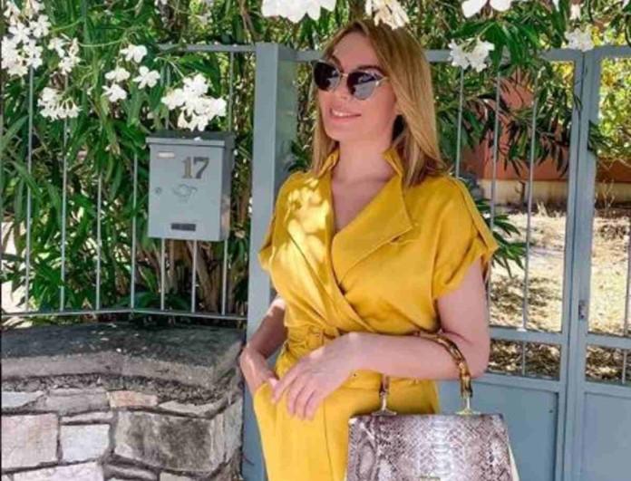 Τατιάνα Στεφανίδου: Φόρεσε κοντό σορτσάκι πάνω στο σκάφος και τα πόδια της χωρίς ρετούς... σοκάρουν