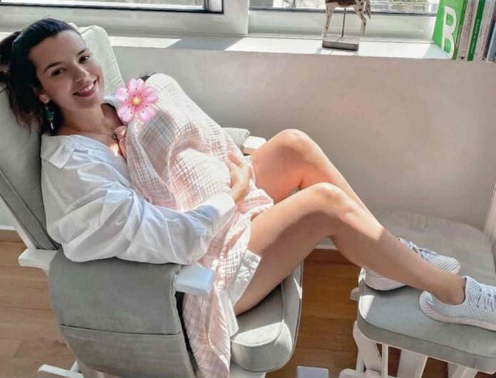 Νικολλέτα Ράλλη: Ποζάρει με την κόρη της στο κρεβάτι του σπιτιου της!