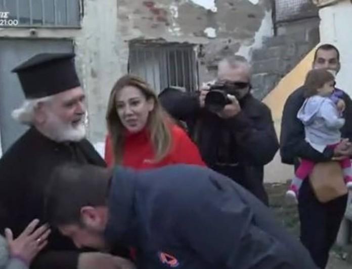 Σάλος με τον Νίκο Χαρδαλιά - Φίλησε το χέρι παπά στην Καρδίτσα