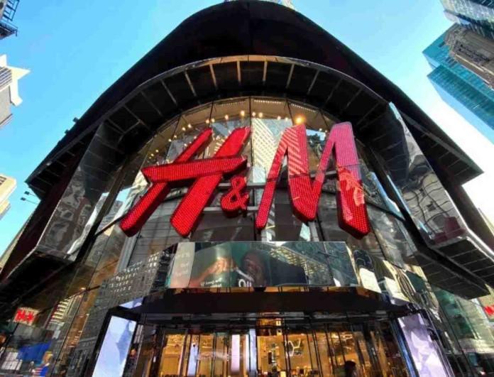 Στα top trends της σεζόν αυτά τα δετά μποτάκια από τα H&M