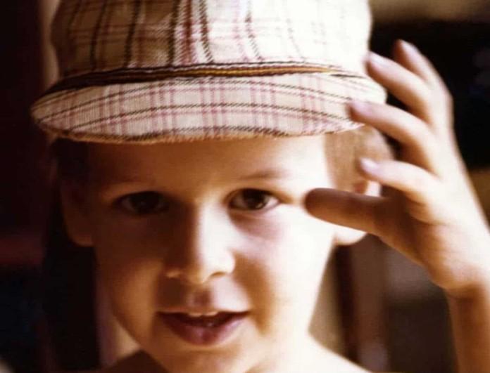 Θα πάθεις πλάκα μόλις μάθεις ποιο είναι το απεικονιζόμενο παιδάκι -  Είναι αγνώριστος