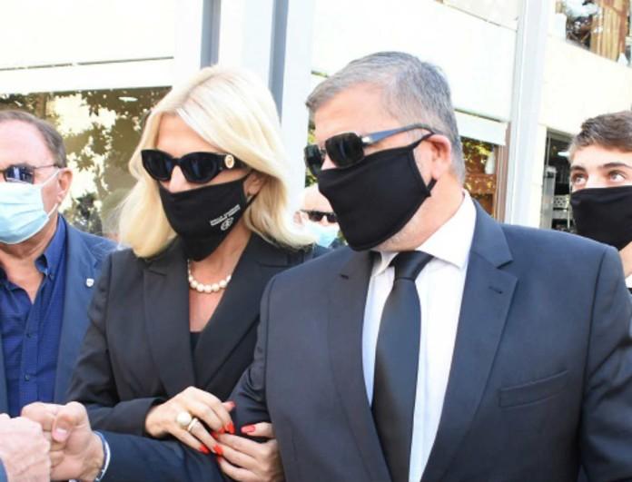 Συντετριμμένη η Μαρίνα Πατούλη - Μαυροφορεμένη και με μάσκα στην κηδεία της πεθεράς της