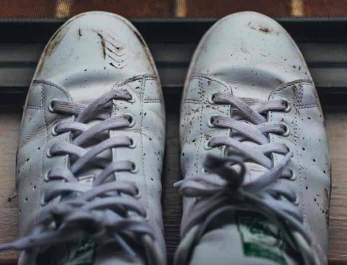 Τρίψε τα παπούτσια σου με μαγειρική σόδα και άλλο ένα υλικό - Το αποτέλεσμα θα σου πάρει το μυαλό