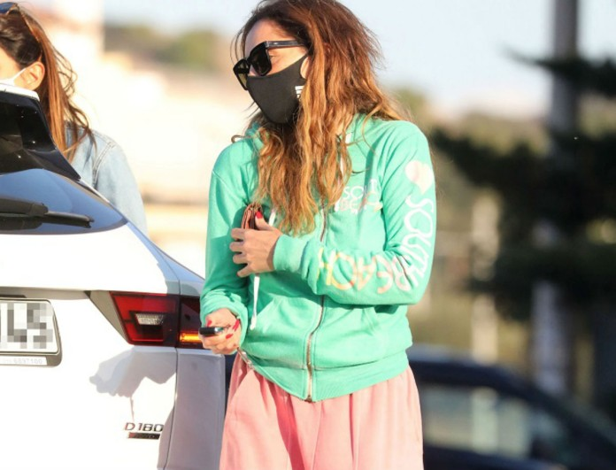 Lockdown: Στην Γλυφάδα με την κόρη της η Δέσποινα Βανδή - Είδαν τους φωτογράφους και μπήκαν στο αμάξι