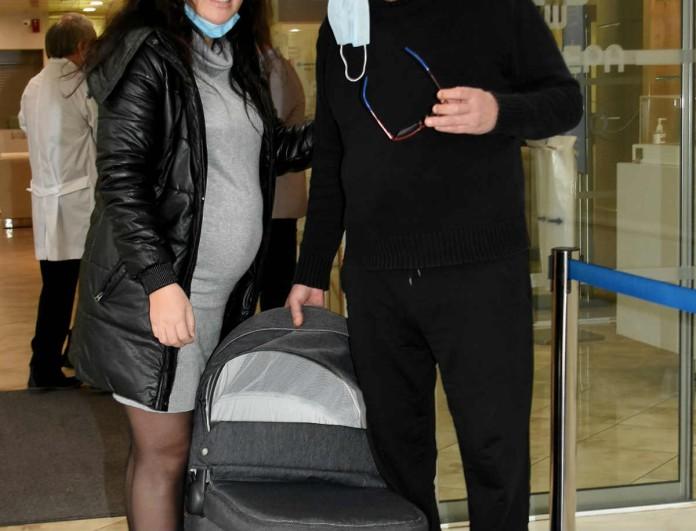 Η σύζυγος του Σταμάτη Γονίδη πήρε εξιτήριο - Αποκλειστικές φωτογραφίες έξω από το μαιευτήριο