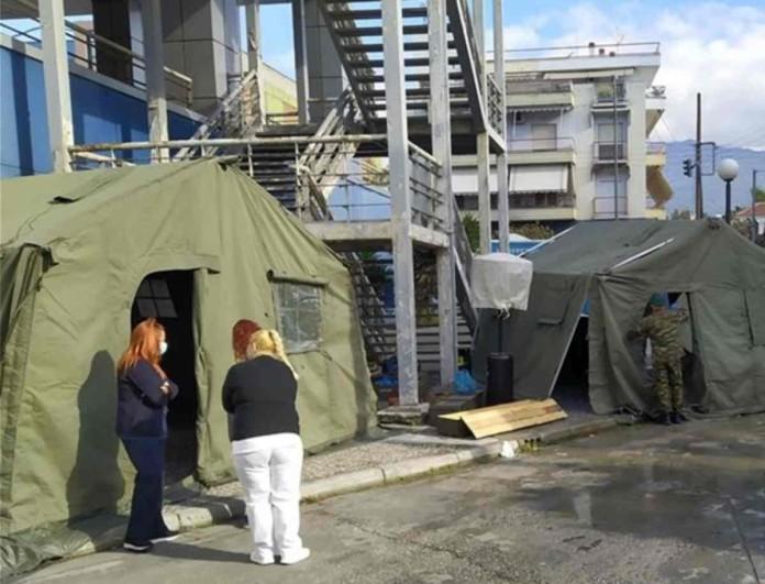 Κορωνοϊός: Ο στρατός έστησε σκηνές έξω από νοσοκομείο στο Βόλο για ασθενείς