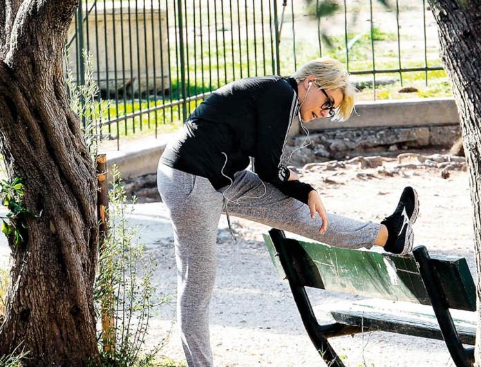 Σία Κοσιώνη: Έκανε ασκήσεις στην μέση του πάρκου - Δεν είχε δει τους φωτογράφους