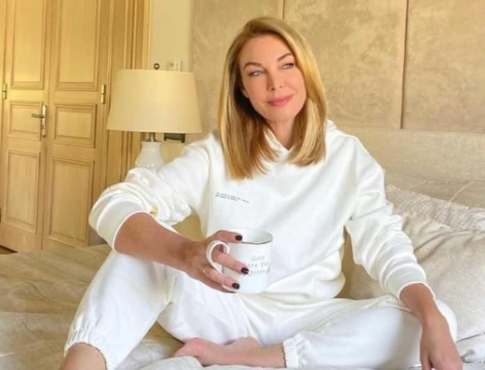 Με παντελόνι αξίας 263 ευρώ η Τατιάνα Στεφανίδου μέσα στο σπίτι