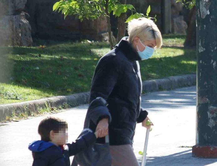 Σαν άλλος άνθρωπος η Σία Κοσιώνη στο δρόμο με το γιο της - Τρομερή διαφορά