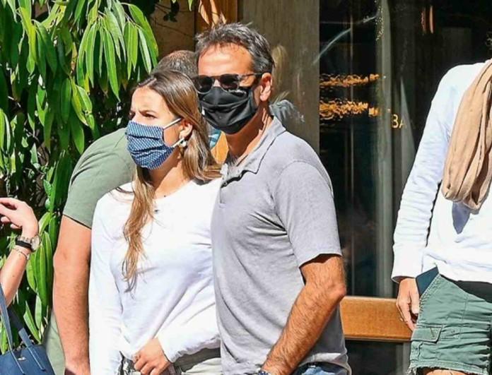 Κυριάκος Μητσοτάκης: Στο κέντρο της Αθήνας με την κόρη του - Περίμεναν στην ουρά για click away