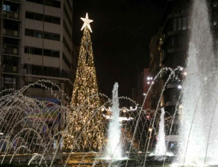 Φαντασμαγορική η φωταγώγηση στην Ομόνοια - Στήθηκε Χριστουγεννιάτικο δέντρο 15 μέτρων