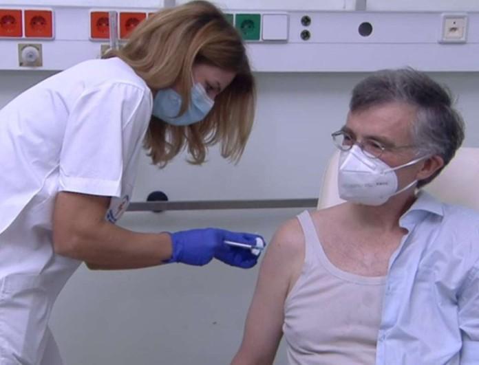 Κορωνοϊός: Εμβολιάστηκε και ο Σωτήρης Τσιόδρας
