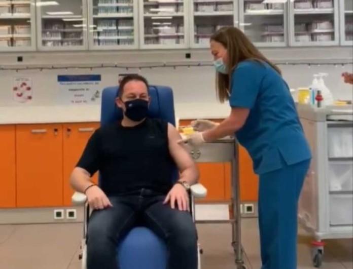 Κορωνοϊός: Εμβολιάστηκε ο Στέλιος Πέτσας