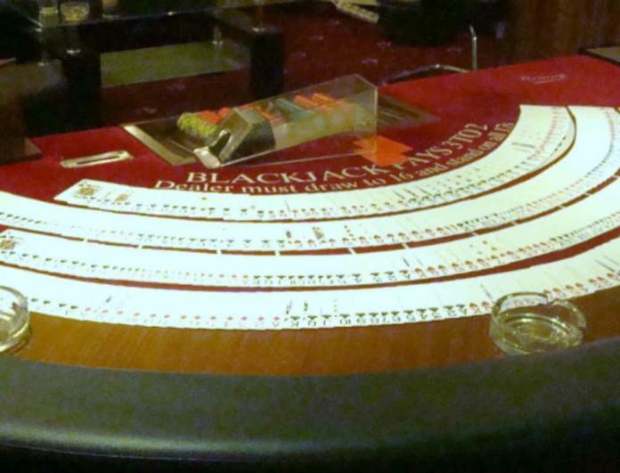 Ζάκυνθος: Εισέβαλλε η ΕΛΑΣ σε σπίτι - Εννιά άτομα έπαιζε χαρτιά με λεφτά