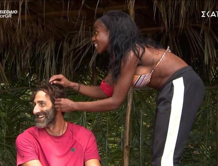Survivor: Η Ελίζαμπεθ έφτιαξε κοτσιδάκια στα μαλλιά του Κοψιδά