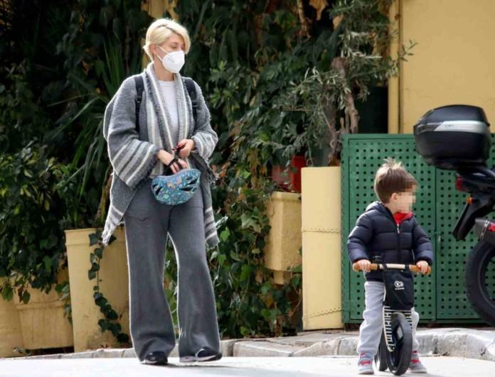 Στο κέντρο της Αθήνας με τον γιο της η Σία Κοσιώνη - Με φόρμα και χωρίς μακιγιάζ