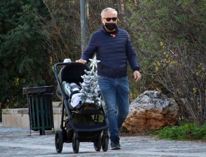 Χάρης Χριστόπουλος: Ο φακός τον τσάκωσε σε βόλτα με το γιο του στο Ζάππειο