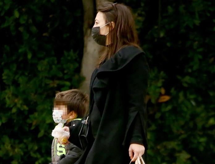 Βόλτα στο Ζάππειο η Αλίκη Κατσαβού με τον μικρό Φοίβο