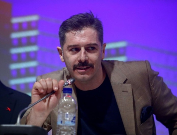 Αλέξανδρος Μπουρδούμης: «Ο σκηνοθέτης έγινε πιο επιθετικός, το πήγαινε στο ερωτικό»