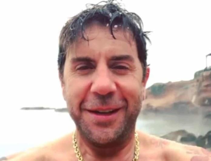 Γιώργος Μαζωνάκης: Φόρεσε μαγιό εν μέσω χιονιά και  πήγε για μπάνιο στη θάλασσα