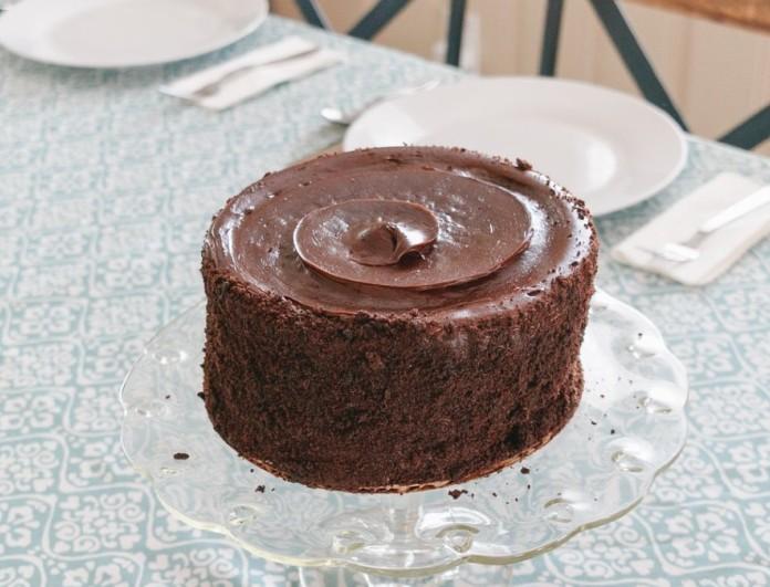 Πανεύκολο κέικ σοκολάτα χωρίς αυγά και βούτυρο από την Αργυρώ Μπαρμπαρίγου
