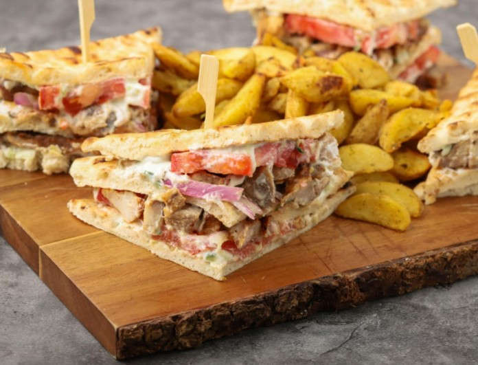 Εύκολο club sandwich με χοιρινά πανσετάκια από τον Γιώργο Τσούλη