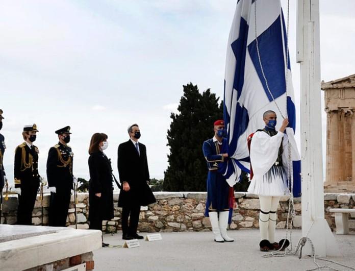 Η έπαρση της Ελληνικής σημαίας στον Ιερό Βράχο της Ακρόπολης