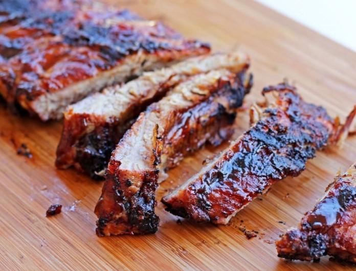 Τσικνοπέμπτη: Χοιρινά παϊδάκια καραμελωμένα με bbq sauce και ζεστή πατατοσαλάτα