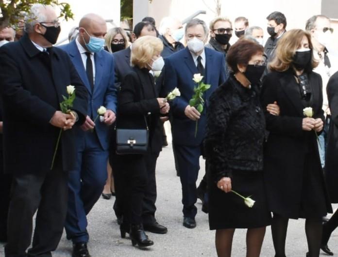 Τάκης Βουγιουκλάκης: «Ραγίζουν» καρδιές οι φωτογραφίες από την κηδεία του αδερφού της Αλίκης Βουγιουκλάκη