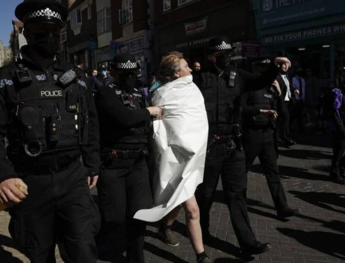 Κηδεία πρίγκιπα Φίλιππου: Γυμνόστηθη γυναίκα αναστάτωσε την τελετή