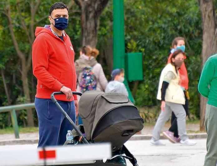 Αποκλειστικές φωτογραφίες: Βόλτα με τον γιο τους η Τζένη Μπαλατσινού και ο Βασίλης Κικίλιας