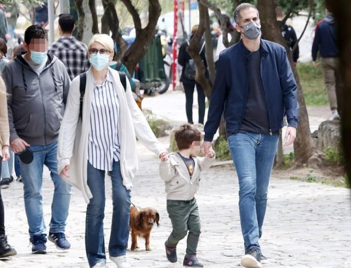 Σία Κοσιώνη - Κώστας Μπακογιάννης: Βόλτα στο κέντρο της Αθήνας με τον γιο τους