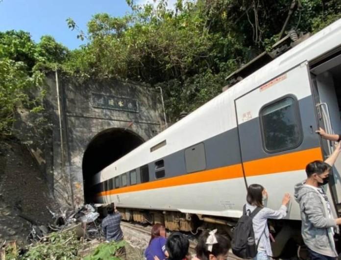 Tραγωδία στη Ταϊβάν: 36 νεκροί μετά από εκτροχιασμό τρένου μέσα σε τούνελ