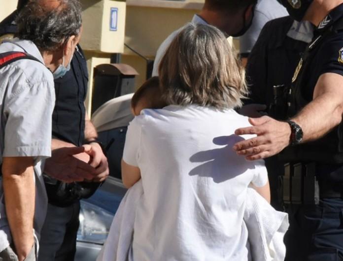Έγκλημα στα Γλυκά Νερά: Φωτογραφία με την γιαγιά να κρατά αγκαλιά το βρέφος
