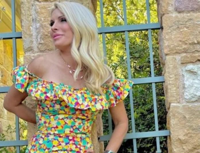 Ελένη Μενεγάκη: Ξυπόλυτη στον κήπο στα Μελίσσια