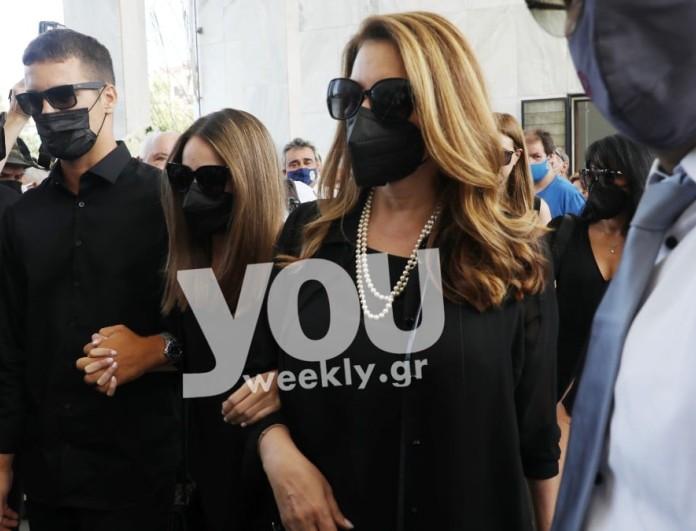 Κηδεία Βοσκόπουλου: «Ράγισε καρδιές» η Άντζελα Γκερέκου με την κίνησή της