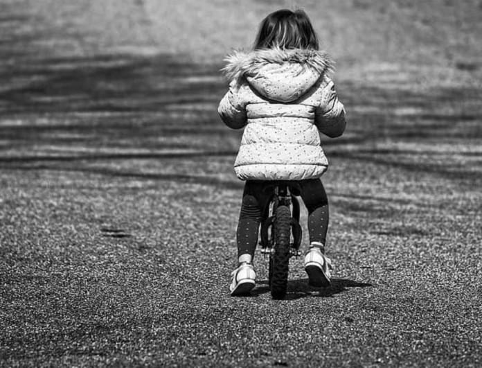 Σοκ στην Νίκαια - Φορτηγό παρέσυρε και σκότωσε 6χρονη