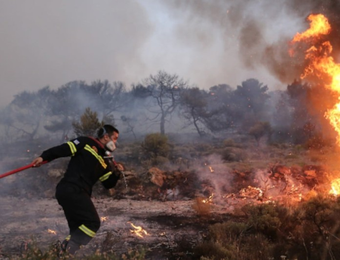 Μεγάλη φωτιά στην Παλλήνη