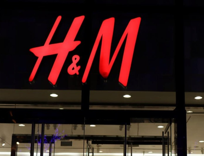 «Όνειρο» το γυαλιστέρο μεταλλιζέ φόρεμα από τα H&M