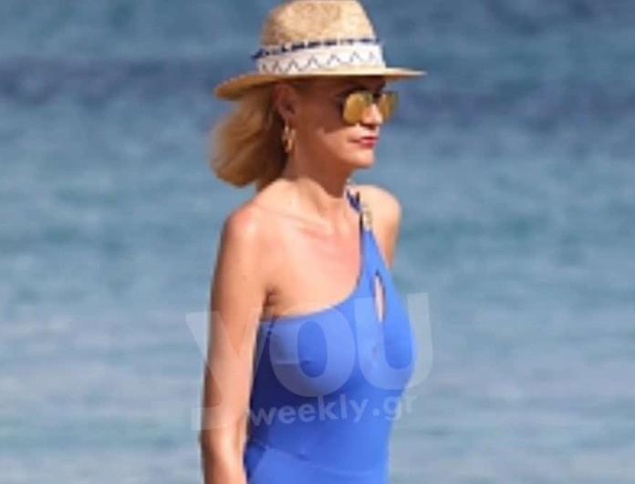 Σάσα Σταμάτη: Με συγκλονιστικό μπλε ολόσωμο μαγιό σε παραλία της Μυκόνου