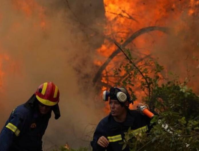 Φωτιά στα Βίλια: Ανεξέλεγκτο το πύρινο μέτωπο