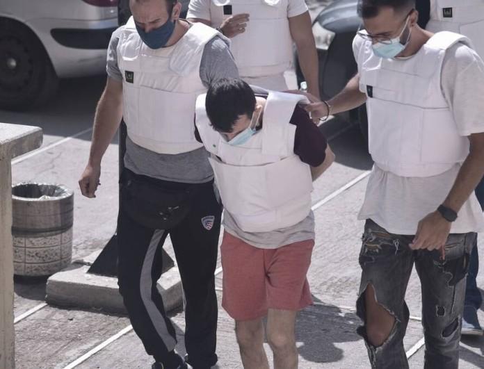 Έγκλημα στην Δάφνη: Mακελειό έξω από τον ανακριτή - Πήγαν να λιντσάρουν τον συζυγοκτόνο της 31χρονης
